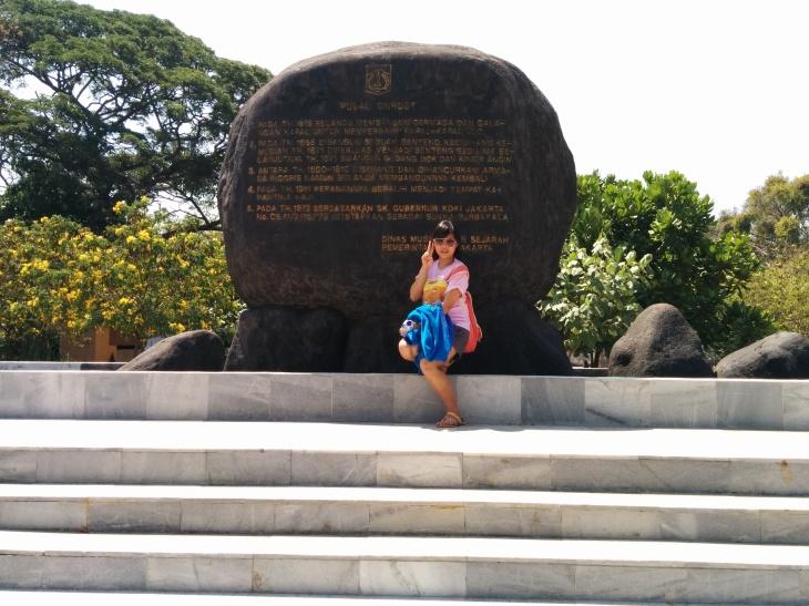 Pulau Onrust 1. Pada tahun 1615 Belanda membangun dermaga dan galangan kapal untuk memperbaiki kapal-kapal VOC. 2. Pada tahun 1658 dibangun sebuah benteng kecil yang kemudian tahun 1671 diperluas menjadi benteng segilima selanjutnya tahun 1671 dibangun gudang dok dan kincir angin. 3. Antara tahun 1800-1810 diserang dan dihancurkan armada Inggris namun Belanda membangunnya kembali. 4. Pada tahun 1911 peranannya beralih menjadi tempat karantina haji. 5. Pada tahun 1972 berdasarkan SK Gubernur KDKI Jakarta No. CB. 11/2/16/75 ditetapkan sebagai suaka purbakala
